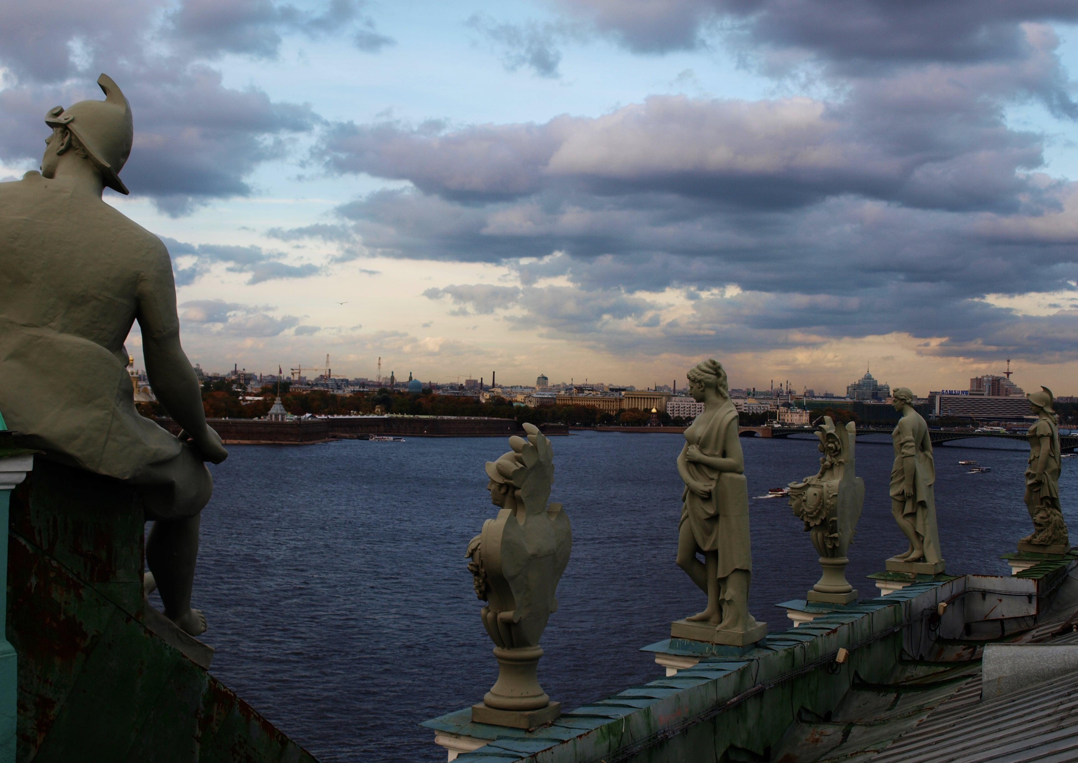 Медновыколотые скульптуры на парапете Зимнего Дворца